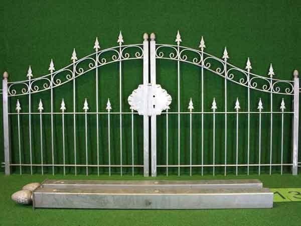 Eisentor Angebot 81 in massiver Stahlbauweise - Breite: 310cm, Höhe: 108cm