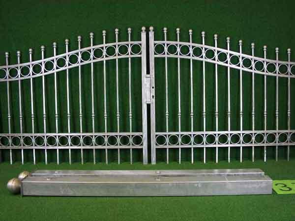 Einfahrtstor Angebot 157 in massiver Stahlbauweise - Breite: 301cm, Höhe: 126cm